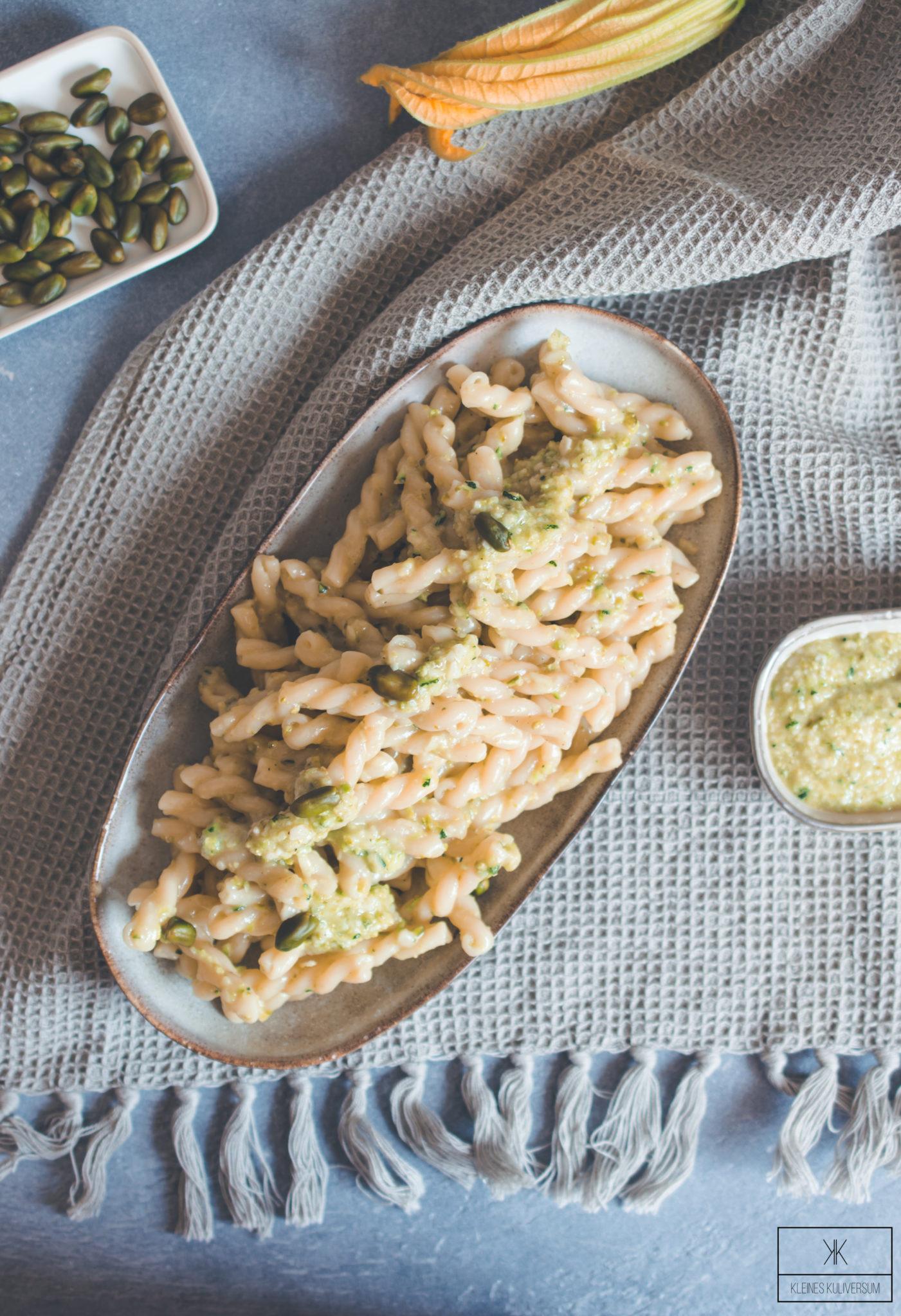 zucchini pesto mit pistazien